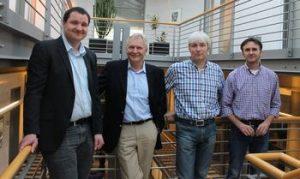 Wirtschaftsförderer Oliver Dülme mit den Vertretern von BMS, Ferdinand Nolte,  Dirk Schwalenberg und Klaus Amen (v.l.)