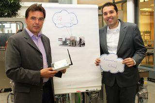 Strahlende Sieger: Institutsleiter Professor Jürgen Jasperneite (links) und Mitarbeiter Omid Givehchi (rechts) freuen sich gemeinsam über die Auszeichnung. (Foto: CENTRUM INDUSTRIAL IT (CIIT)