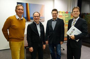 Das  FHDW-Gründungsteam  (v.l.:)  Pressesprecher Michael  Schüppel, Hartmut Klein (Verantwortlicher Zentrumsentwicklung), Prof. Dr. Stefan Nieland (Präsident der FHDW NRW) und Prof. Dr. Micha Bergsiek (Leiter DZNF)         Foto: FHD