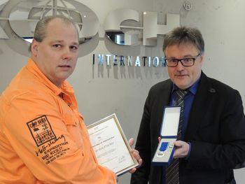 Ehrendiplom: Ulrich Hoefner übergibt die Urkunde an Carsten Fischer (links).