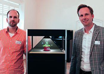 Dreamoc im Mittelpunkt: Am Tag der offenen Tür präsentierten Andreas (l.) und Christian Joseph von der Handmade Interactive® Werbegesellschaft mbH unendliche Möglichkeiten der 3D-Holographie.  Foto: Handmade
